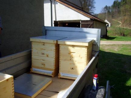 Im April 2009 beginnen wir: hier die ersten Bienenstöcke.