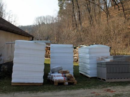 Dachbodendämmung und Ziegel für den neuen Hühnerstall