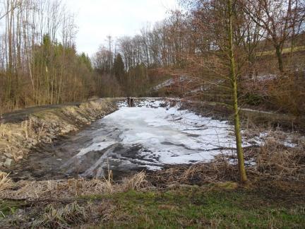Feber 18, der untere Teich wird mit Steinen befestigt