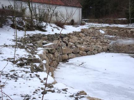 Feber 17: Der obere Teich wird neu befestigt