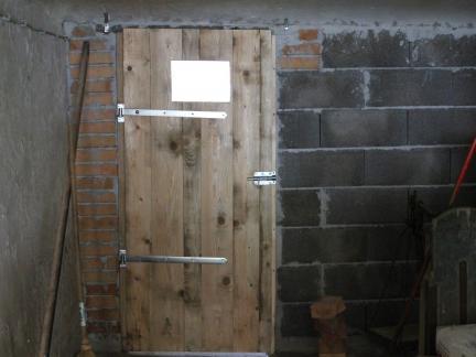 Die Tür ist fertig - mit Guckloch!