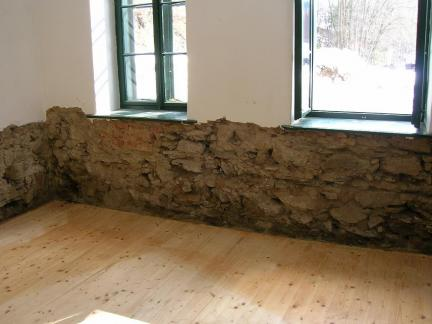 06 Feuchtes Mauerwerk abschlagen