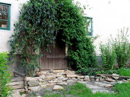 Mai: Stufen beim Ausgang zum Küchengarten