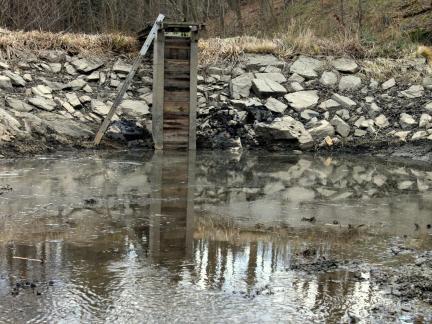 Der u. Teich wird wieder gefüllt und mit Forellen besetzt.